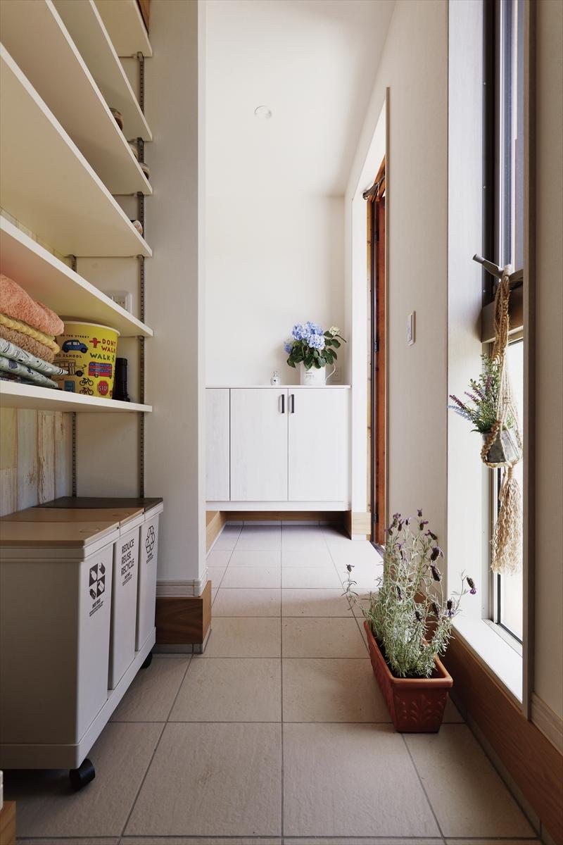 自然を一望できるキッチンの家 玄関土間収納
