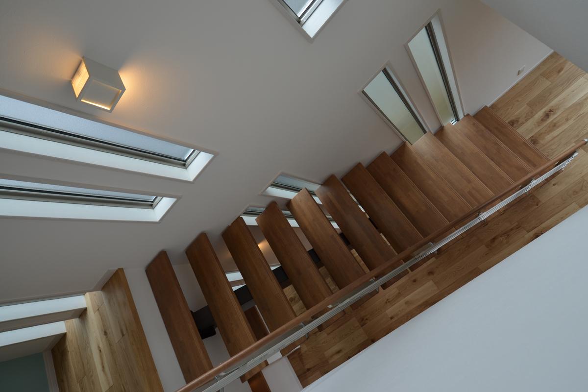 オレンジのキッチンの家 ストリップ階段