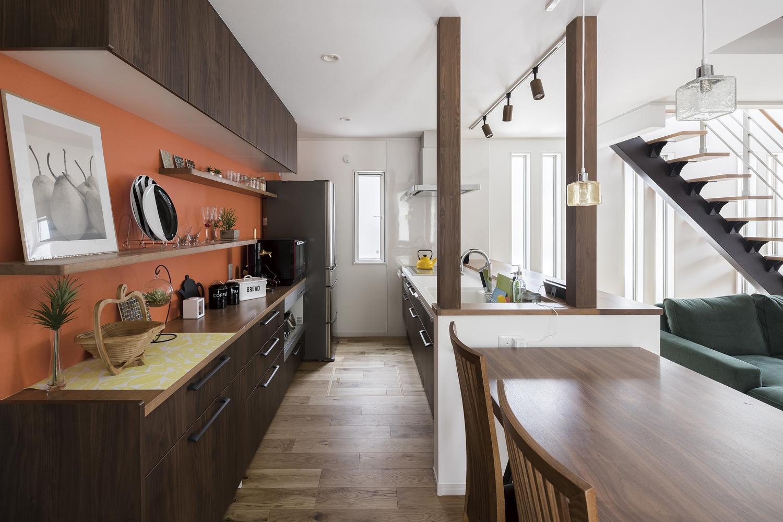 オレンジのキッチンの家 キッチン