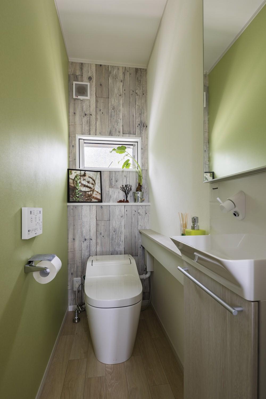 オレンジのキッチンの家 トイレ
