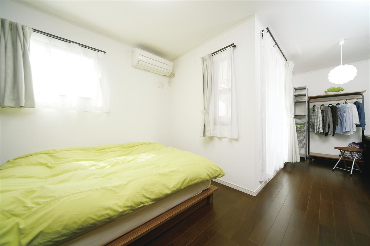 和モダンな家 寝室
