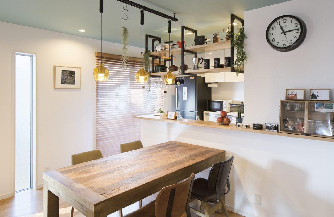 カフェのようなキッチンの家