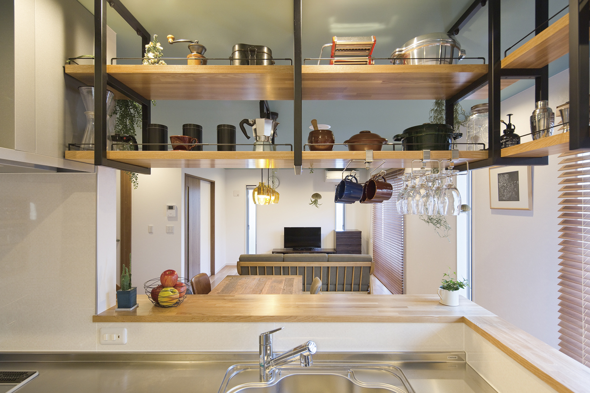 カフェのようなキッチンの家 ラダーシェルフ