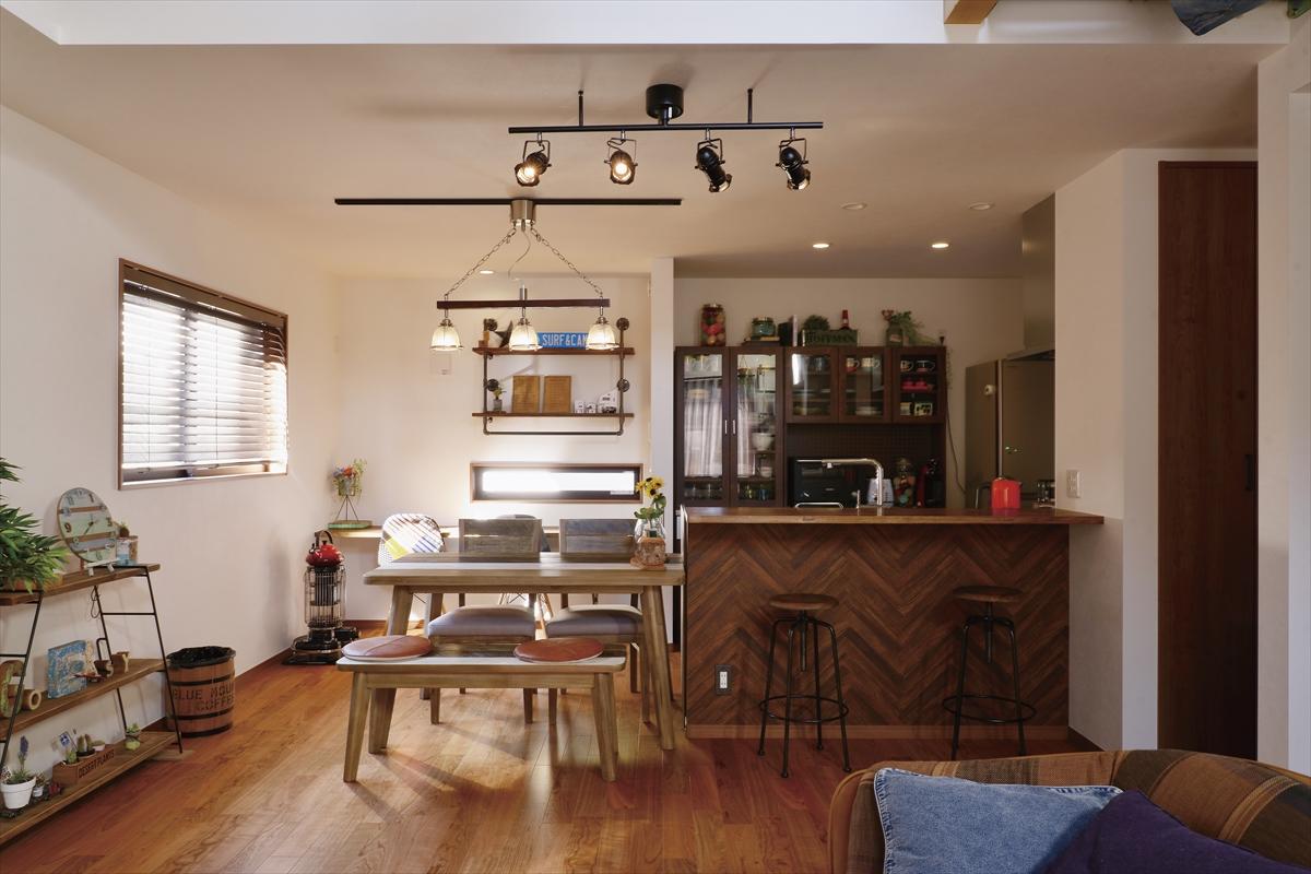 アウトドアスタイルの家 ヘリンボーンのキッチン