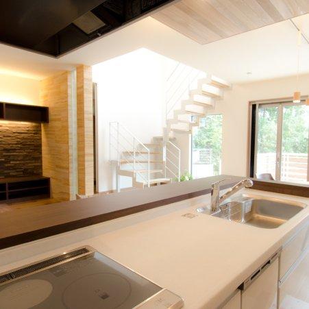 ストリップ階段 の家オープンキッチン